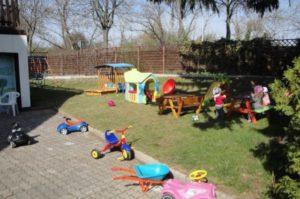 Tretfahrzeuge und Dreirad im Garten