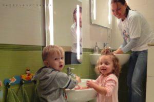 Beim Händewaschen im Badezimmer