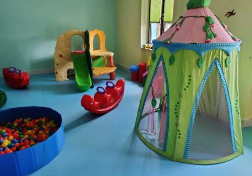 Blick auf Zelt, Wippe, Klettergerüst und Bällebad
