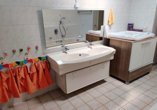 Waschbecken und Wickelkommode im Badezimmer